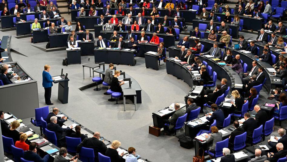 Kanzlerin Angela Merkel spricht im Plenum des Bundestags (Archivbild)