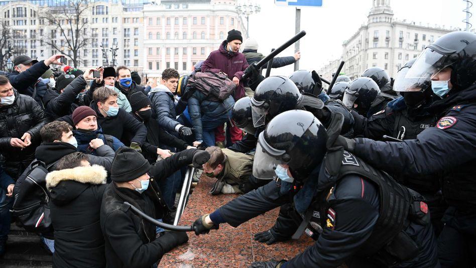Demonstranten und Beamte der Sonderpolizei in Moskau