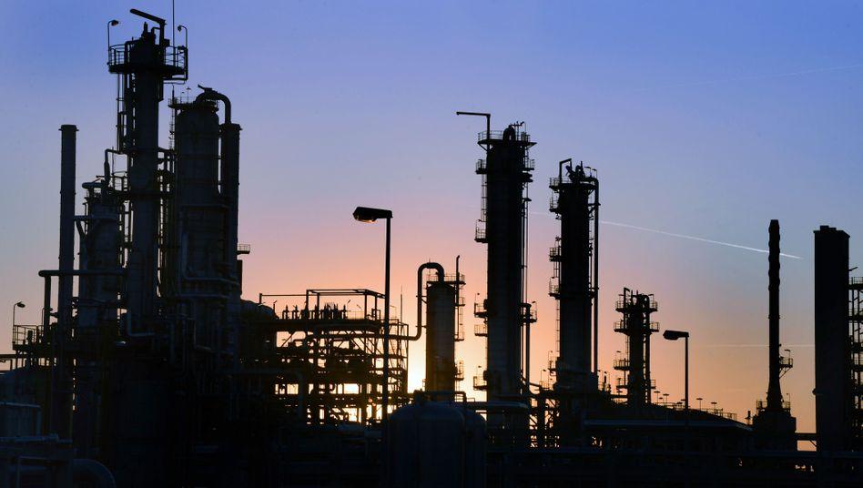 Raffinerie in Leuna (Sachsen-Anhalt): Billiges Öl steigert den privaten Konsum
