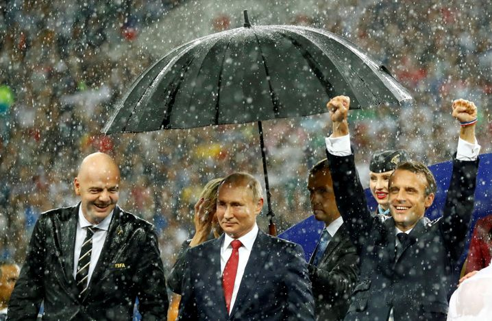 Bei der WM 2018 hatte Putin Macron noch im Regen stehen lassen