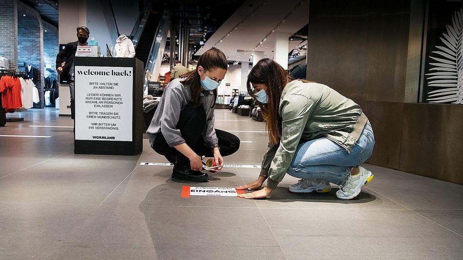 Mitarbeiterinnen eines Bekleidungsgeschäfts in Berlin: Deutschland löst sich langsam aus dem Shutdown