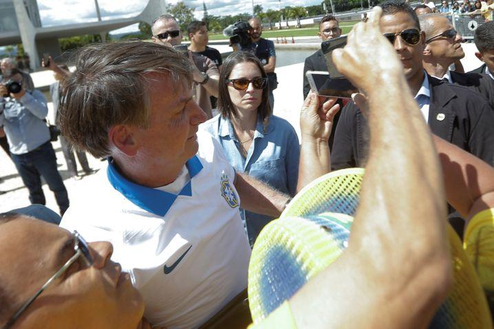Ein Bad in der Menschenmenge - trotz Corona: Brasiliens Staatschef Jair Bolsonaro