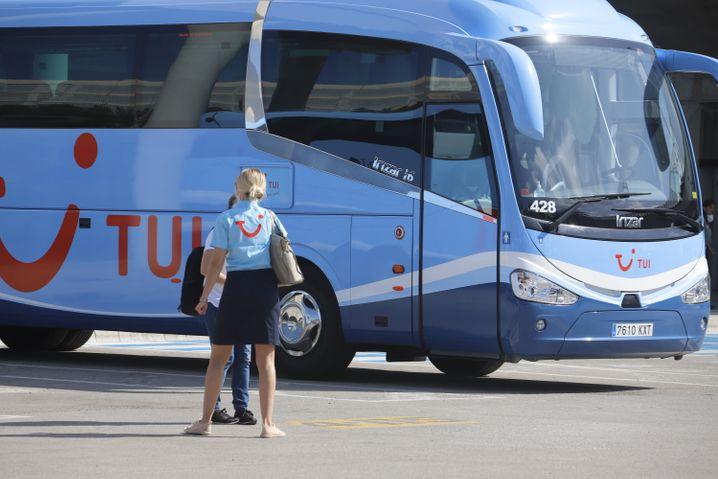 TUI-Mitarbeiterin wartet am Flughafen Palma de Mallorca auf die ersten Reisenden aus Deutschland
