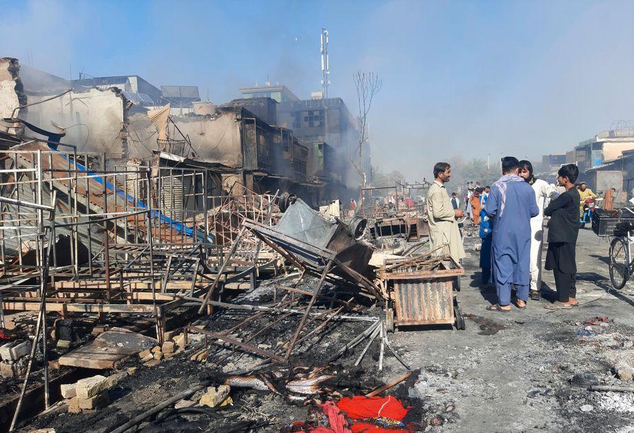 Kunduz am Sonntag: Menschen inspizieren die Trümmer von Geschäften, die bei den Kämpfen zerstört wurden