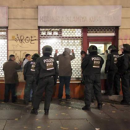 Ausschreitungen in Berlin: Polizisten überprüfen vor und in einem kurdischen Begegnungszentrum die Personalien mehrerer Menschen.