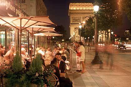 Oh, Champs-Élysées, oh, Champs-Élysées, Sonne scheint, Regen rinnt, ganz egal, wir beide sind so froh, wenn wir uns wiedersehn, oh, Champs-Élysées