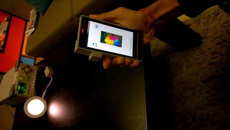 Lifi-Testaufbau: Hält man die Hand zwischen Sender und Empfänger, bricht die Übertragung ab