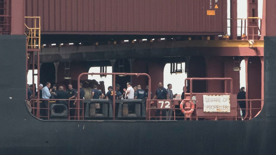 Polizisten an Deck eines Containerschiffes auf dem Delaware River in Philadelphia