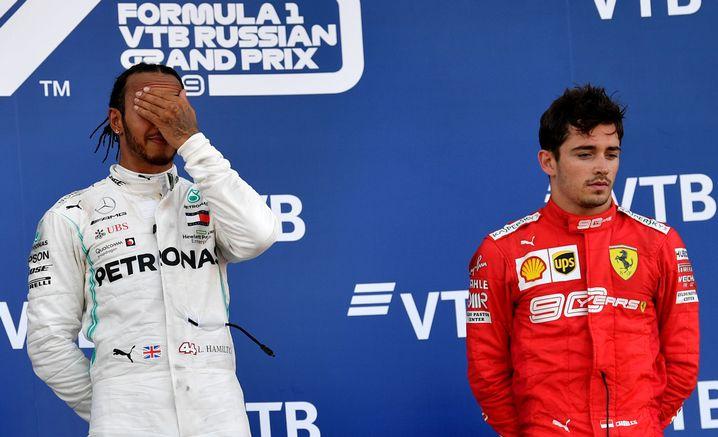 """Schwer zu sagen, ob sich Lewis Hamilton (links) vor Freude oder Anstrengung die Hand vor's Gesicht hält. Charles Leclercs Mimik ist einfacher zu deuten: """"Schade für das Team, das zweite Auto nicht hier zu haben"""", sagte er"""
