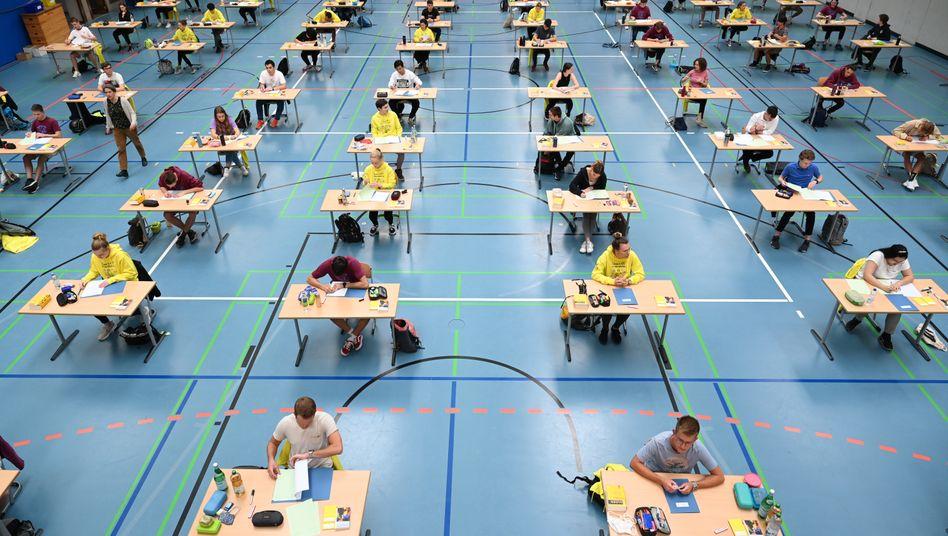 Abiturprüfung im Mai 2020 in einer Sporthalle in Ravensburg