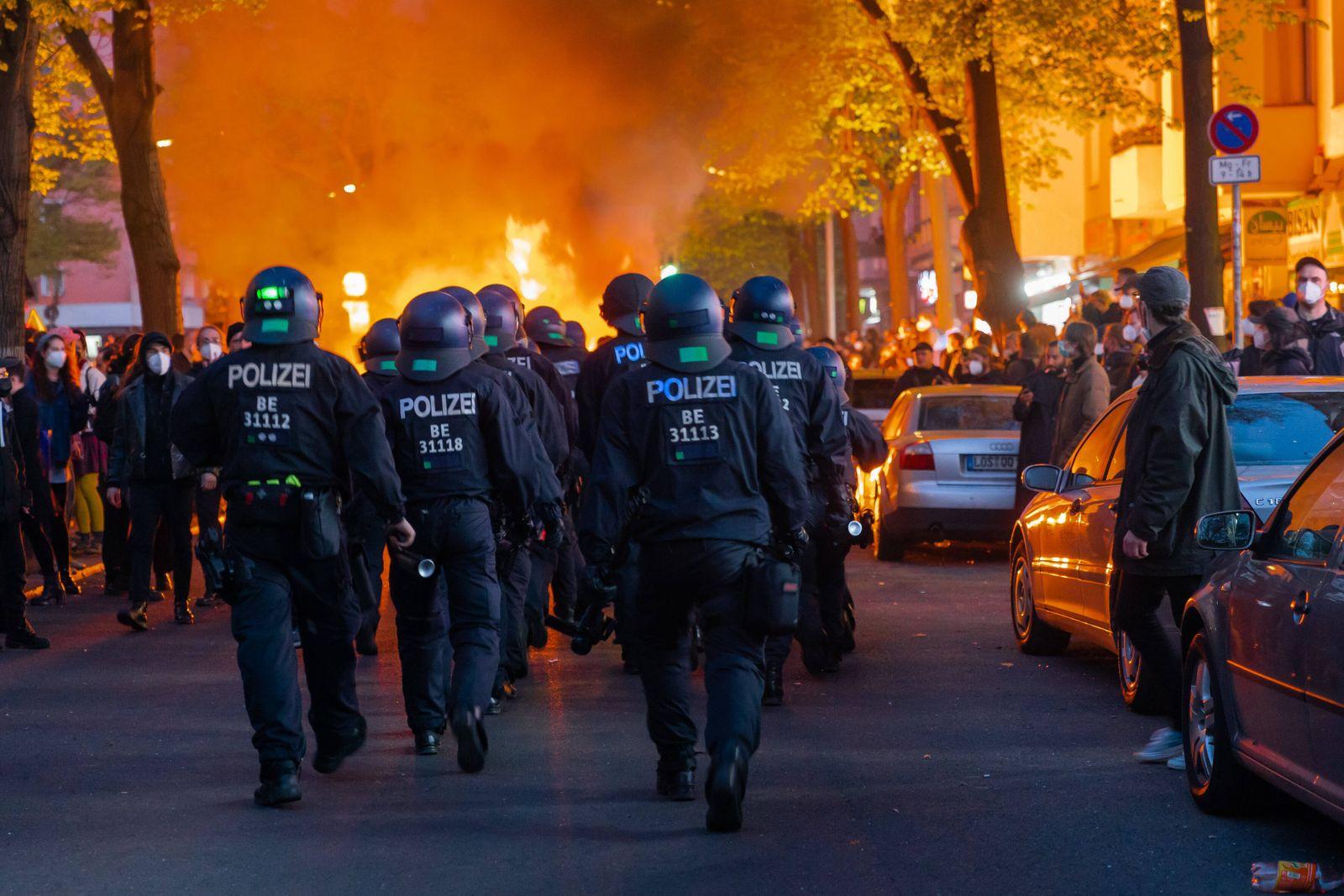 01.05.2021, Berlin, Deutschland, GER - Brennende Barrikade auf der Sonnenallee in Berlin-Neukölln nach der aufgelößten