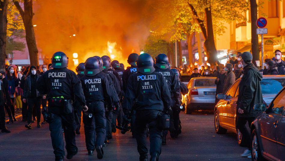 Brennende Barrikaden auf der Berliner Sonnenallee: 5000 oder 25.000 Teilnehmer?