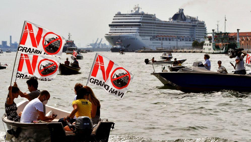 Protest gegen das erste Kreuzfahrtschiff nach dem Lockdown: »Von dem Geld, das durch die Kreuzfahrtschiffe verdient wird, leben viele Familien«