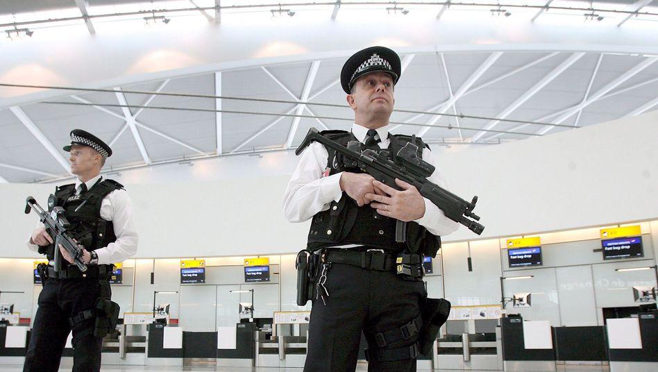 Polizisten im Flughafen Heathrow: (Archivbild 2008): Terrorplot gegen London