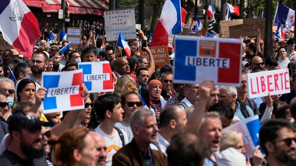 Zahlreiche Menschen haben gegen die verschärften Coronaregeln in Frankreich demonstriert