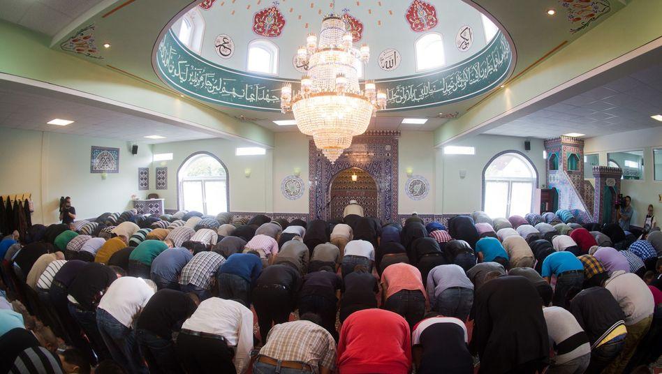 Muslime beim Freitagsgebet in Ronnenberg (Archivfoto)