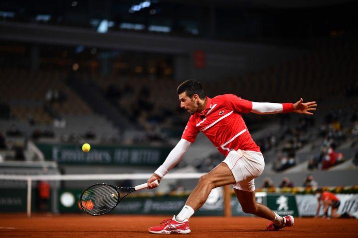 Novak Djokovic bei den French Open 2020, damals nur mit wenigen Zuschauern in der Arena