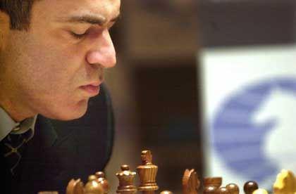 Kasparow prüft bedächtig: Die vierte Partie begann der Großmeister mit einer gänzlich anderen Strategie