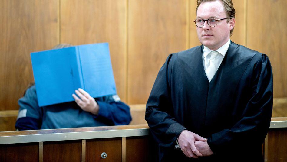 Angeklagter 30-Jähriger, Verteidiger (v.l.): Prozess am Landgericht Hannover
