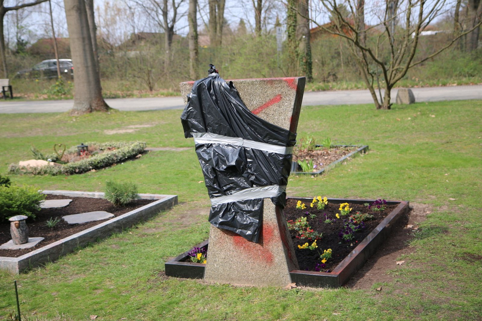 Gräber von Polizisten beschmiert