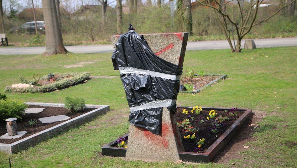 Mit Folie abgedeckter Grabstein eines im Dienst getöteten Polizisten in Berlin
