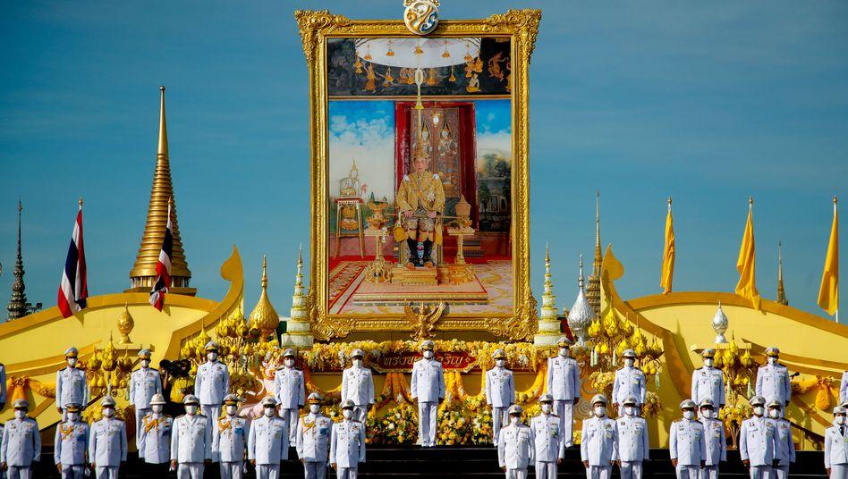Regierungsmitglieder vor einem Porträt des thailändischen Königs in Bangkok: Noch nie war die Monarchie so unbeliebt