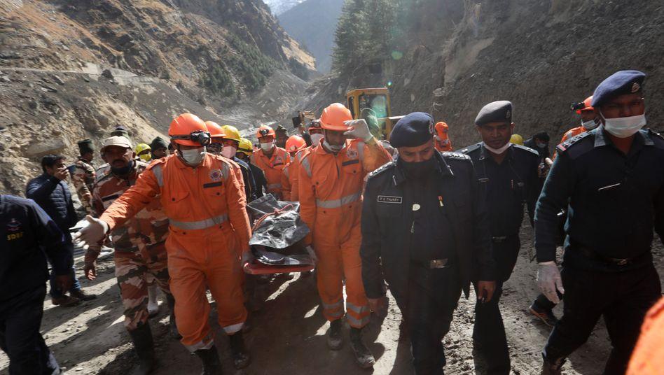 Erdrutsche kosten jedes Jahr Menschenleben: Im nordindischen Bundesstaat Uttarakhand bergen Rettungskräfte nach der Sturzflut die ersten Opfer