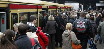 """Bahnhof in Berlin: """"Richtig, dass wir das Geld den Menschen direkt zurückgeben"""""""