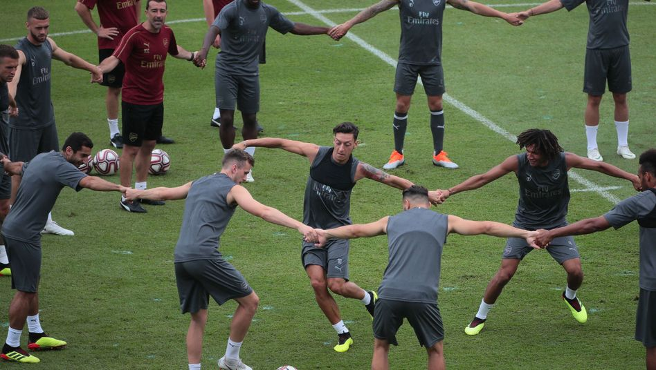 Mesut Özil (Mitte) beim Arsenal-Training
