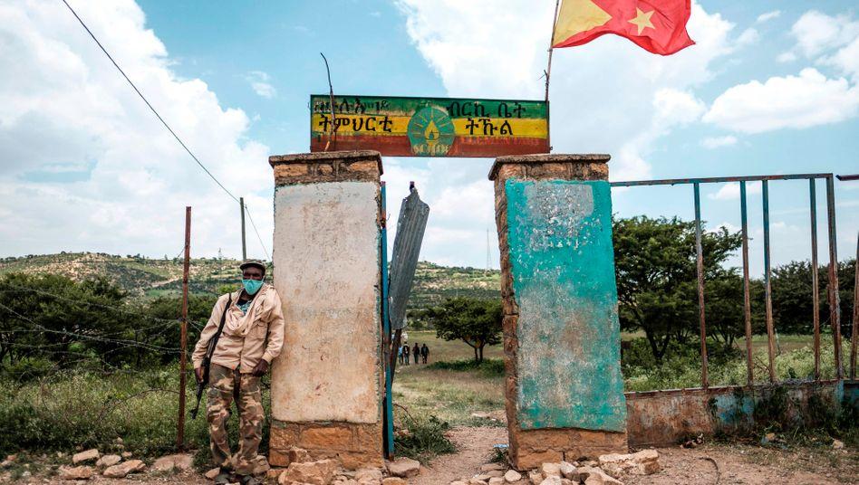 """Ein lokaler Sicherheitsmann in Tigray sichert ein Wahllokal bei den von der Zentralregierung als """"illegal"""" bezeichneten Wahlen im September"""