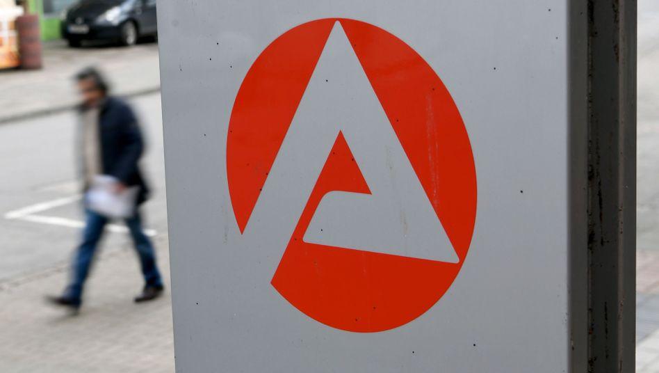 Schild der Arbeitsagentur in Hannover: Experten warnen vor Abschwung auf dem Jobmarkt