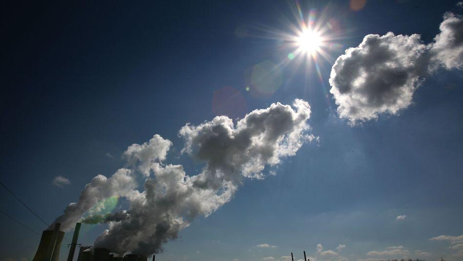 Braunkohlekraftwerk in Niederaußem bei Bergheim: CO2-Emissionen lagen 2014 deutlich unter dem Niveau von 2013
