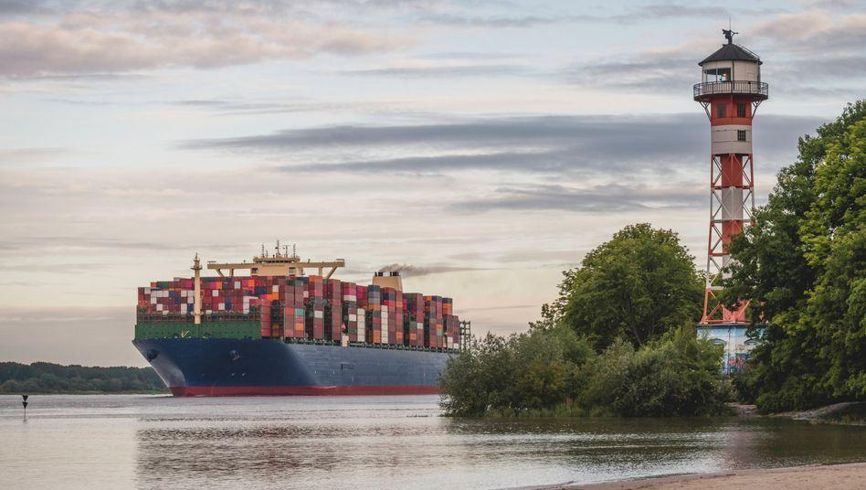 Containerschiff vor Hamburg: Als Motor für die wirtschaftliche Erholung fallen Deutschlands Nachbarn vorerst aus