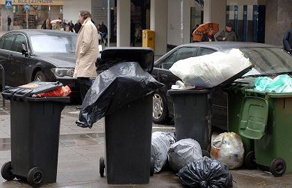 Erste Auswirkungen: In Stuttgartquellen die Mülltonnen über.