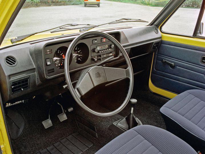Cockpit mit Handschaltung in einem Golf (1976)