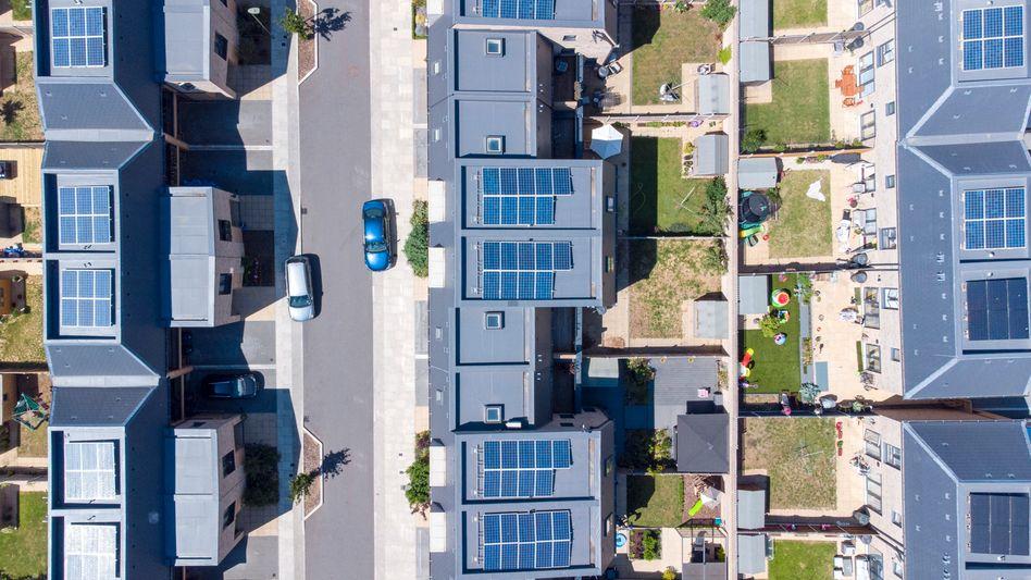 Neubaugebiet mit Fotovoltaikanlagen – ideal für die Kombination mit E-Autos