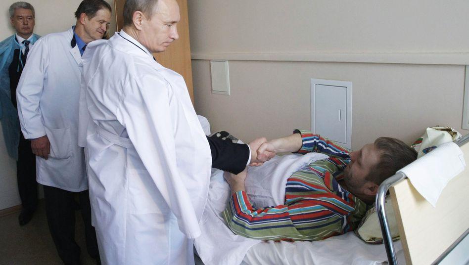 """Putin mit Überlebendem des Anschlags: """"Die Terroristen werden büßen"""""""