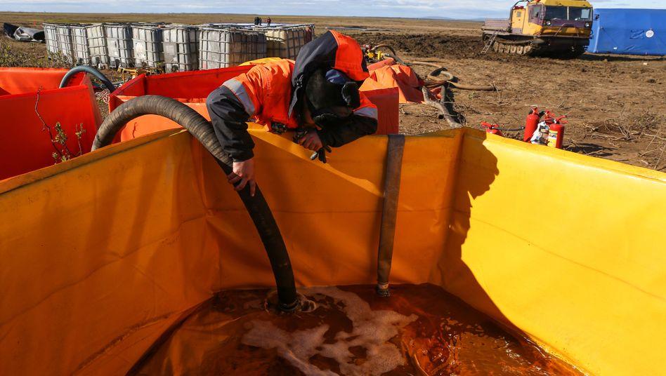 Kampf gegen ausgelaufenen Diesel in der sibirischen Tundra