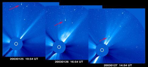 Komet Kudo-Fujikawa (roter Pfeil): Begegnung mit dem solaren Feuer