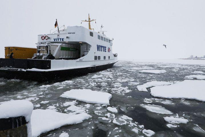 Fähre zur Ostseeinsel Hiddensee im Eis