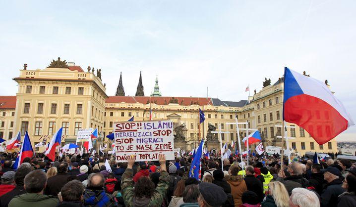 Demonstranten vor dem Prager Schloss