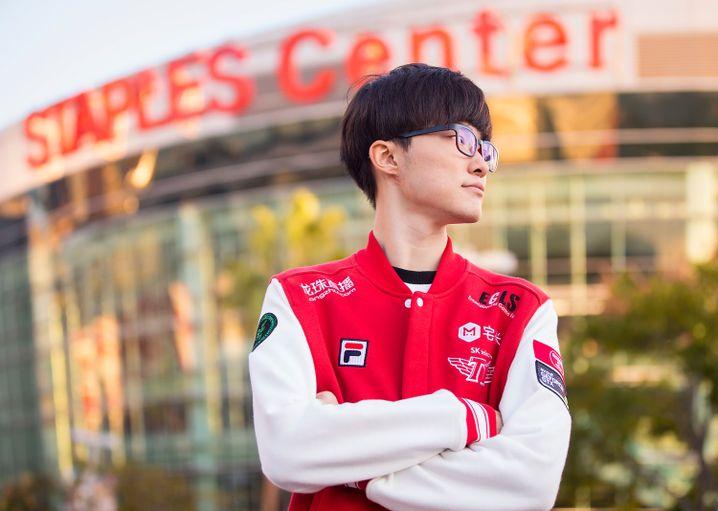 """""""Faker"""" auf dem Höhepunkt: Hier posiert er er vor dem Staples Center in Los Angeles - kurz bevor er seinen dritten WM-Titel gewinnt"""