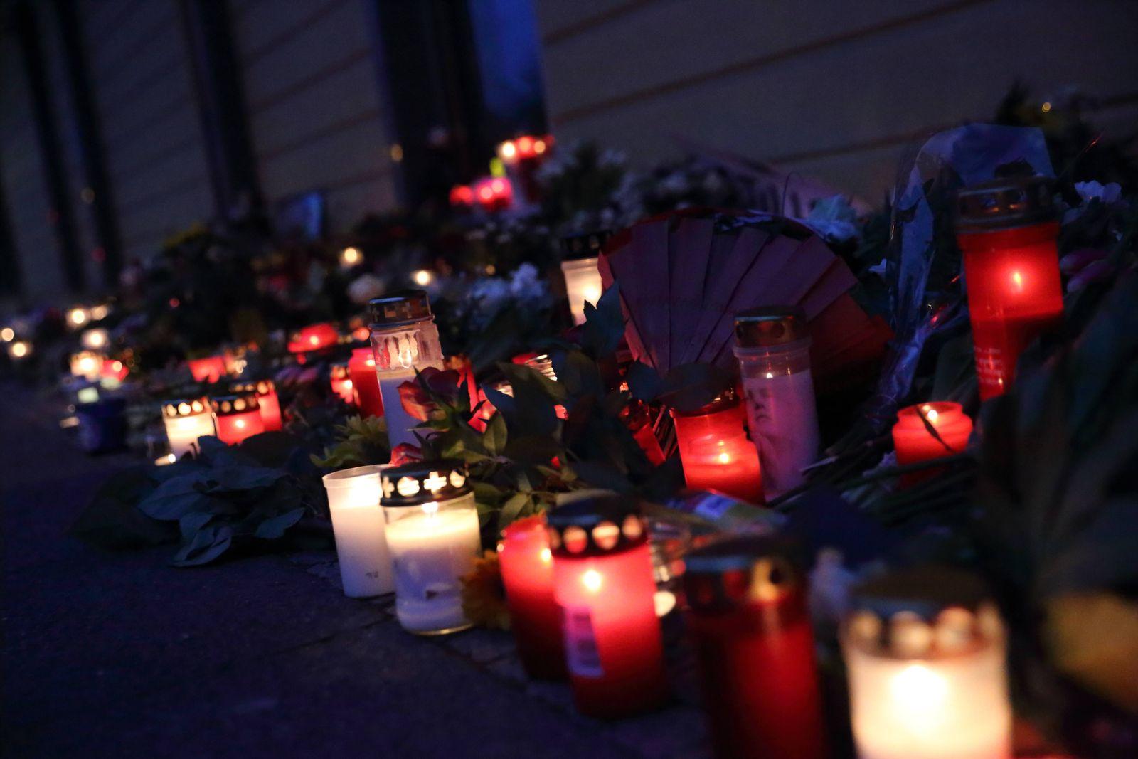 Blumen und Kerzen am Babelsberger Oberlinhaus, wo vorgestern vier behinderte Menschen gewaltsam getötet worden, Potsdam,