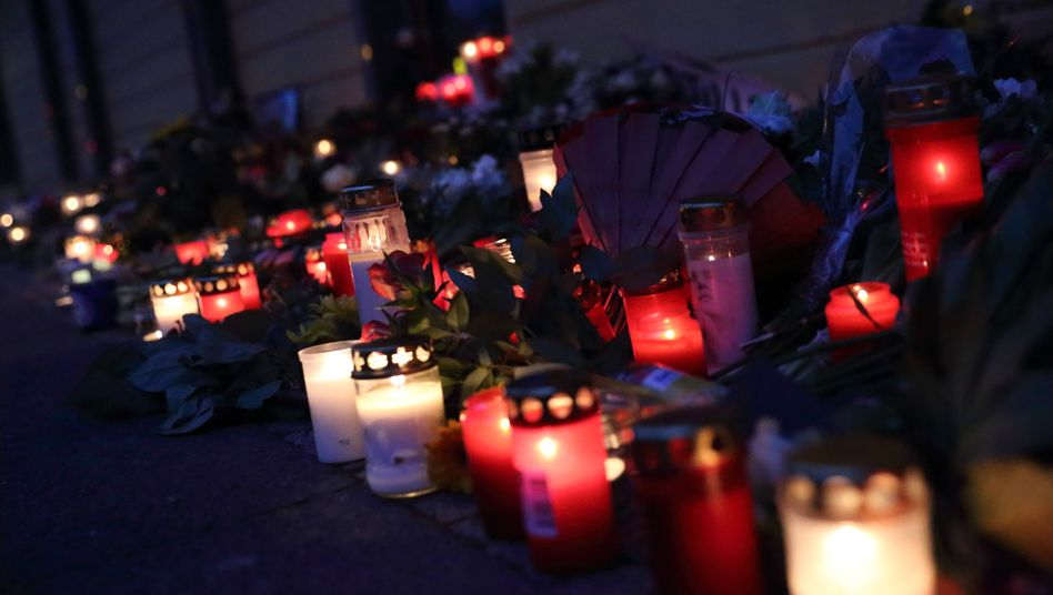 Blumen und Kerzen am Oberlinhaus in Potsdam