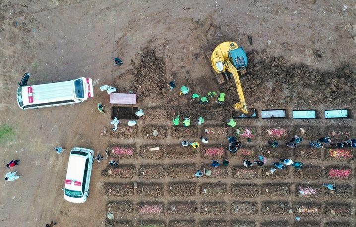 Ein Friedhof für Coronatote in Indonesiens Hauptstadt Jakarta