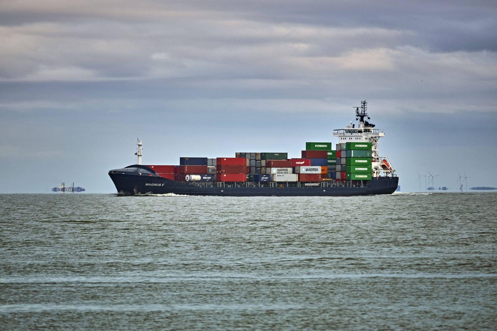 Deutsche Nordseek¸ste. Ein Feederschiff ( Magnus F ) nahe der Kugelbake an der Elbm¸ndung in Cuxhaven. 20191106MIC0389 *