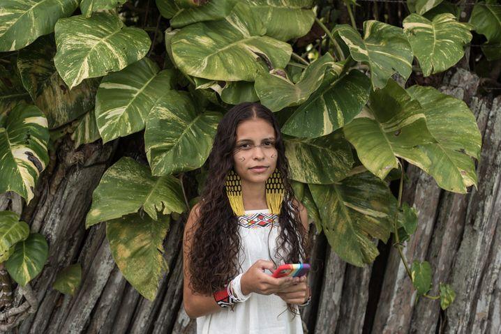 Alice Pataxó hat 90.000 Abonnenten auf Twitter. Sie studiert und will Anwältin werden
