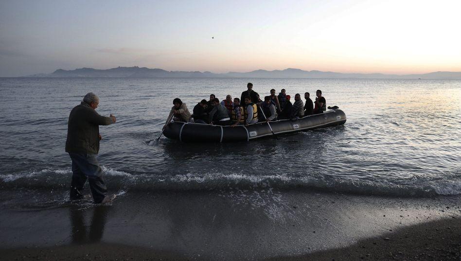 Flüchtlinge landen auf Kos: Gegen die Boote ist ein Militäreinsatz geplant