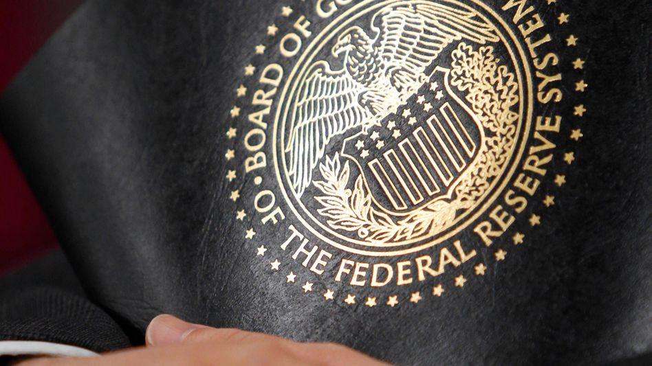 Dokumentenmappe mit Wappen der US-Notenbank: Wachstumsprognose gesenkt