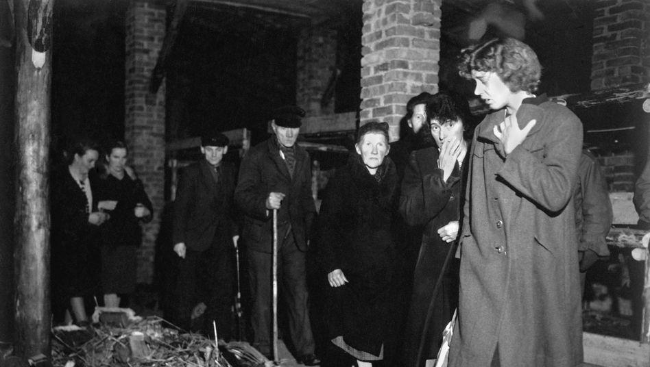Deutsche müssen sich 1945 in Ludwigslust Tote aus einem Konzentrationslager ansehen